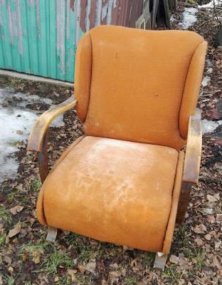 Fotel PRL przed renowacją