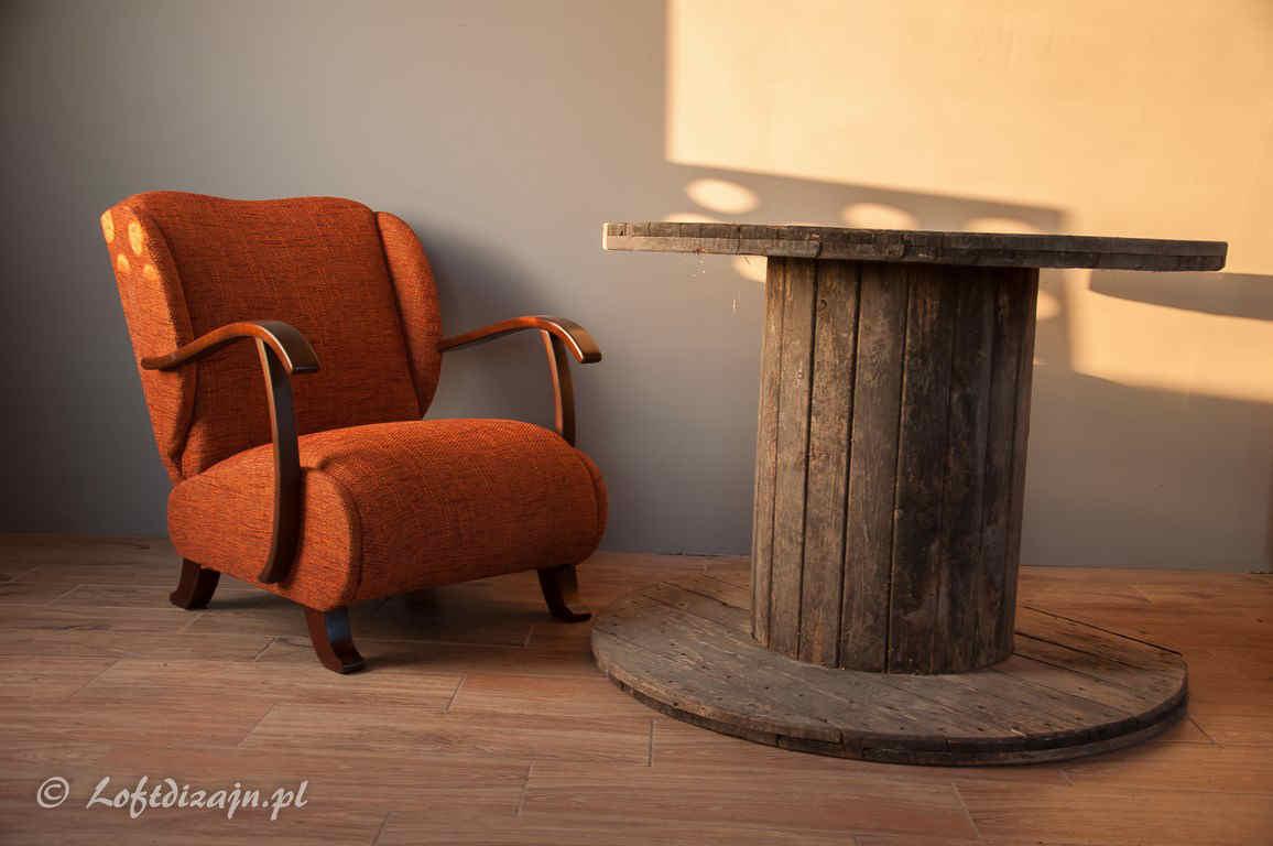 pomarańczowy fotel wraz ze stolikiem ze szpuli