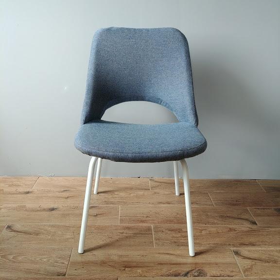 niebieskie krzesła do salonu