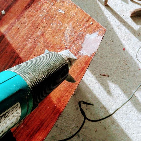 Jak usunąć lakier z mebli na wysoki połysk opalarka