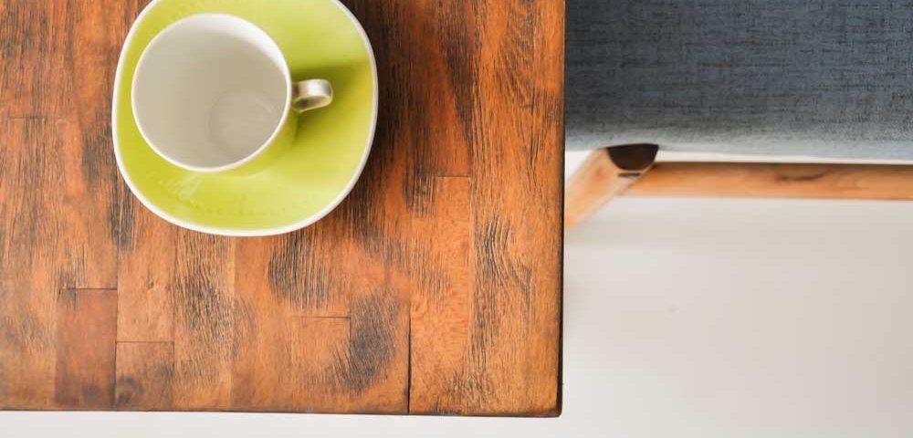 jak dbać o meble drewniane blat wykończony woskiem